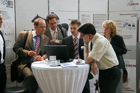 Besucher informieren sich auf der MEMO-Tagung