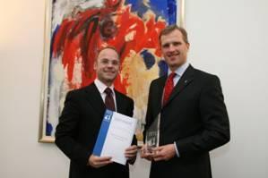 Dr. Wolfram v. Fritsch, Vorstandsvorsitzender, und Michael Webel, Präsident des Organisationskomitees, besiegeln die offizielle Partnerschaft der Deutschen Messe AG und der Rollstuhltanz-WM 2010