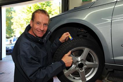 Mit kleinen Hilfsmitteln ist Christoph Langen immer über die ausreichende Profiltiefe seiner Reifen im Bilde