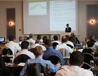 Teilnehmer einer Computas Fachkonferenz lauschen dem Referenten