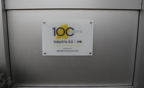 Ein Schild am Firmensitz der GEBHARDT Fördertechnik GmbH in Sinsheim weist Besucher ab sofort den Weg zu innovativen Industrie 4.0-Lösungen für die Intralogistik