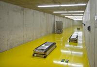 Viele Krankenhäuser setzen für die interne Versorgung fahrerlose Transportsysteme ein, die mit Energie versorgt werden müssen. (Foto: DS AUTOMOTION GmbH)