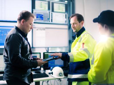 Mitarbeiter im Operational Center unterweist Servicetechniker © Caverion GmbH