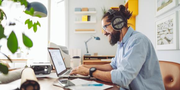 Mitarbeiter bildet sich digital am Laptop weiter