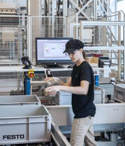 Multifunktionelle, ergonomische Workstations gewährleisten höchste Kommissionier-Qualität / Foto: WITRON