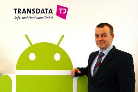 Vertriebsleiter Andreas Prüfig mit Android