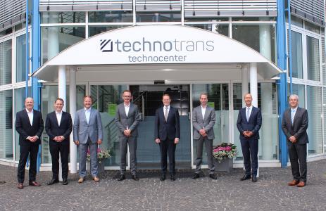 (von links nach rechts): Bei der offiziellen Unterzeichnung der strategischen Partnerschaft waren vor Ort: Peter Schwarz, Sebastian Strang, Andre Vennemann, Martin Palsa (alle Grundfos), Peter Hirsch, Dirk Bövingloh, Jörn Müller und Stephan Schwippe (alle technotrans)