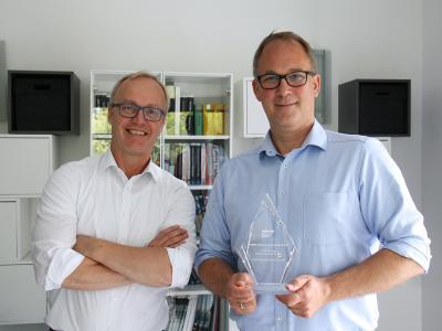 Bernd Schmieder und Ingo La Roche, Geschäftsführer der CONET Business Consultants GmbH, mit dem Award als Partner des Jahres 2021