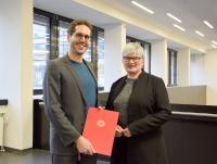 Prof. Dr. Manfred Walser zusammen mit Rektorin Prof. Dr. Karin Luckey bei der Übergabe der Ernennungsurkunde / Foto: Hochschule Bremen / Sascha Peschke