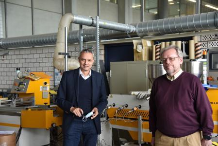 Hochschulrektor Prof. Dr. Gerhard Schneider gratulierte Prof. Dr. Harald Kaiser zum 40-jährigen Dienstjubiläum / Fotohinweis: Hochschule Aalen | Sofia Hörmann