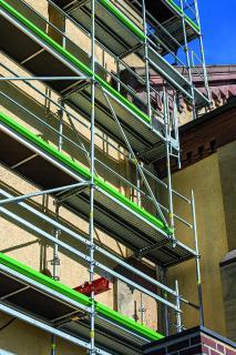 Bild 7 Die Kirchturmeinrüstung offenbart einige Ausführungsdetails: beispielsweise die fast übergangslose Kombinierbarkeit von PERI UP Easy mit VARIOKIT System-Stahlträgern sowie geometrische Längenanpassungen im metrischen Grundraster. (Foto: PERI Deutschland)