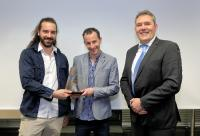 Gewinner des INNOVACE 2018 (von links): Nico Graßmann und Rick Storm, Fontys Venlo University of Applied Science, Jürgen Roland, Geschäftsführer ACE Stoßdämpfer GmbH, Bild: ACE Stoßdämpfer GmbH