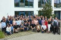Die Elatec-Belegschaft vor dem Hauptsitz in Puchheim (Bildquelle: Elatec)