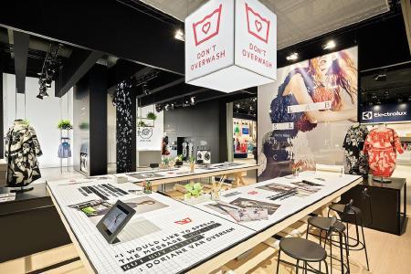 """Das AEG Care Label Project unter dem Motto """"Don't overwash"""" wird anhand eines Arbeitsplatzes von Modedesignern visualisiert und dient als Basis für Interviews, Talkrunden und Workshops / Copyright: D'art Design Gruppe/ Lukas Palik"""