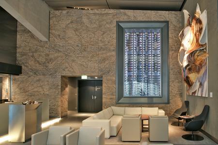 Blick auf den rund fünf Meter hohen Weinschrank, der wie ein Paternoster funktioniert. Der natürlich wirkende Raum setzt einen Kontrast zu einer Welt aus Glas und Stahl