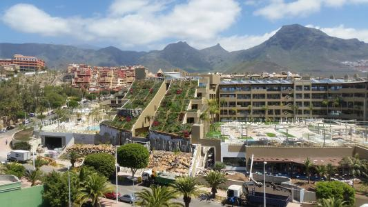 The spectacular steep pitched green roofs define the appearance of the GF Victoria Hotel in Tenerife. Source: ZinCo GmbH / Impermeabilizaciones Machado, S.L.U.