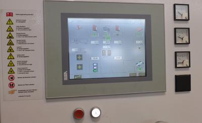 Bild 4: Blick auf den grafisch unterstützenden Touch-Screen Bildschirm der Steuerung
