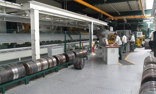 Schletter verfügt über eine eigene 3.300 Tonnen-Presse, auf der die benötigten Profile hergestellt werden. Spezialisten am Leitstand steuern den kontinuierlichen Produktionsprozess und sorgen für die benötigte Qualität
