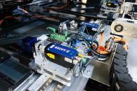 In der P2-Strukturierungsmaschine werden zwei Laser-Bearbeitungsköpfe parallel betrieben, weshalb zwei Beleuchtungslaser von Z-LASER auf einer Einheit im Einsatz sind. (Bildquelle: Manz)