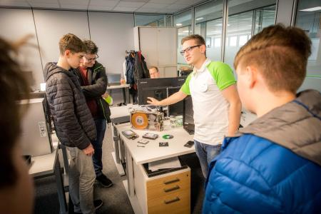 IT Lehrling Martin Wimmer beim Schätzspiel mit den Besuchern, die die Speicherkapazität der einzelnen Festplatten erraten konnten / Foto: © W&H