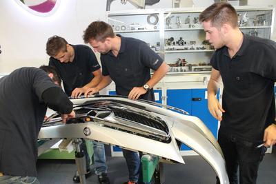 """Komplex und knifflig: Am dritten Tag der diesjährigen """"Automotive Supplier Trophy"""" stehen die vier jungen Studenten vom Team REHAU vor der Herausforderung, einen kompletten Stoßfänger zu montieren"""