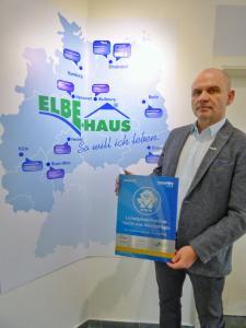 Mit seinem Stralendorfer Unternehmen Elbe-Haus® ist Geschäftsführer Hendrik Rößler in der digitalen Zukunft angekommen. Seit einem Jahr laufen die Geschäfte über das schnelle Glasfaser-Internet. So ist das Unternehmen optimal mit seinen Standorten in ganz Deutschland vernetzt. Foto: WEMAG/Nele Reiber
