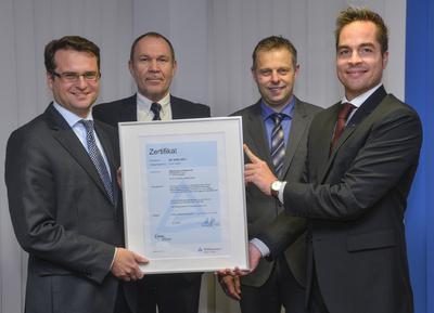 Von links nach rechts: Andreas Feicht (WSW-Vorstandsvorsitzender), Ulrich Rieke (Leiter Produktmanagement Energiedienstleistungen WSW Energie & Wasser AG), Kai-Uwe Selberg (Leiter Markt und Handel WSW Energie & Wasser AG), Sebastian Schasche (Leiter Vertrieb Region Mitte TÜV Rheinland)
