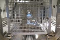 Für die Hochdruck-Spritzreinigung wird die Reinigungsanlage zusätzlich mit einer Hochdruckpumpe sowie Spritzleisten ausgestattet. Eine befindet sich an der Innenwand der Arbeitskammer, die zweite ist zentral in der Arbeitskammer platziert. Es kann daher sowohl von außen als auch innen gleichzeitig oder abwechselnd gespritzt werden / Bildquelle: Ecoclean GmbH