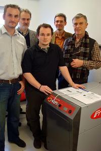 Unter Anwesenheit von Prof. Yvon (rechts im Bild) wurde das Gesamtsystem vom Fronius Energiezellen-Team und Herrn Muntwyler (2.v.l.) installiert.