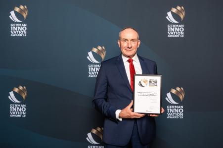 Stolz präsentiert Dr. Hans-Jürgen Brenninger, Vorsitzender der Gienanth-Geschäftsführung, die Urkunde für den German Innovation Award 2019, Foto: www.phocst.com