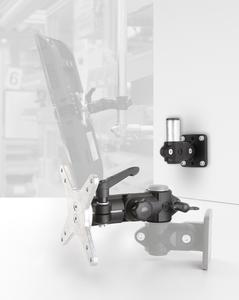 Mithilfe der RK Monitorhalterung lässt sich der Bildschirm drehen, neigen, schwenken und – bei Anbringung an einem Rund- oder Vierkantrohrsystem – ohne Werkzeug auch in der Höhe verstellen