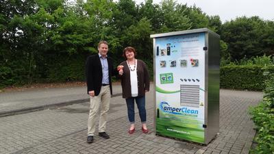 Ralf Tebartz bei der Übergabe einer Reinigungsstation an die Platzmanagerin Frau Dellemann vom Freizeitpark Wissler See in Kalkar (Niederrhein)