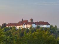 Das Wahrzeichen von Bad Iburg ist die Doppelanlage Schloss und Kloster Iburg, die hoch oben auf einem Hügel thront. Nun ist das geschichtsträchtige Juwel nach sieben monatiger Arbeit an der Fassade auch für die Zukunft bewahrt.