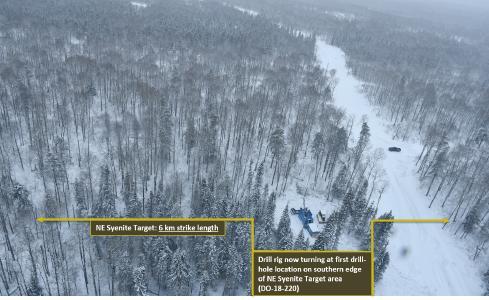 Foto oben: Bohrgerät am Südrand des 6km klangen NE Syenite Target (siehe Abbildung 1)