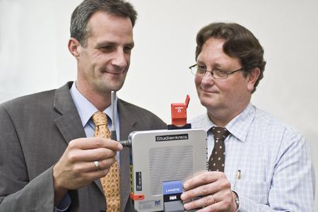 Marcus Krössin von Marcant (l.) und Helge Eiers von der Studienkreis GmbH (r.) setzen auf IP mobile als DSL-Alternative.
