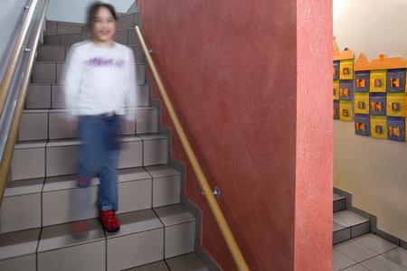 Montessori-Kinderzentrum in Frankfurt/Sachsenhausen: Die rot lasierte Wandscheibe verleiht dem nüchternen Treppenhaus einen warmen, behaglichen Eindruck. Hier ist die Aufenthaltszeit kurz. Kräftige, anregende Akzente dürfen zum Einsatz kommen. Dieses Rot wäre in einem Gruppenraum zu intensiv, Foto: Caparol Farben Lacke Bautenschutz