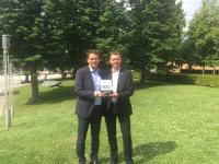 Florian Walzer (Head of Sales & Marketing, rexx systems) und Stefan Daufenbach (Associate Director, rexx systems) mit dem Top100-Award