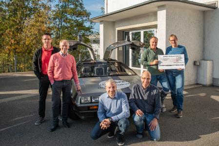 Roland Stüwe (2.v.l) freut sich über den Scheck der AGFEO-Mitarbeiter