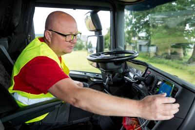 Nach einer kurzen Einweisung kam Fahrer Jacek Kurzak mit der neuen App problemlos klar und freut sich über die Arbeitserleichterung.