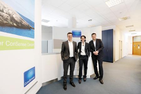 Die Geschäftsführung der ConSense GmbH, Dr. Stephan Killich, Dr. Iris Bruns und Dr. Alexander Künzer (v.l.n.r.), freut sich über die TOP 3-Platzierung beim Innovationspreis-IT 2017