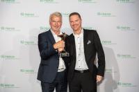 Lothar Piehl und Michael Wiegand von dormakaba nehmen den Award entgegen.