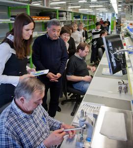 In der Montage konnten sich die kasachischen Zahnärzte ein Bild von der modernen Arbeitsweise und der einzigartigen Teamorganisation bei W&H machen