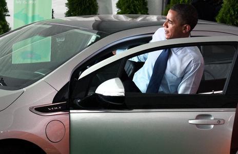 Obama nimmt Platz im Chevrolet Volt