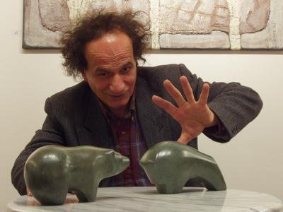 Mohammad Sazesh mit Bulle und Bär