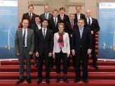 Bundesminister Rösler (2.v.l., 1. Reihe) und Staatssekretär Kapferer (1.v.r., 3. Reihe) mit Teilnehmern des Energiegipfels der Ostsee-Anrainerstaaten; © BMWi