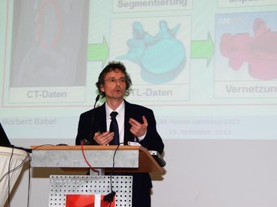 """Prof. Dr. Norbert Babel (Hochschule Landshut) bei seinem Vortrag """"CAE meets Medicine""""."""