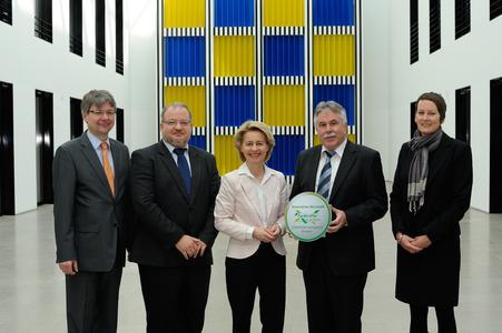 Von links: Achim Dercks DIHK, Andreas Thiel, Ursula von der Leyen, Reinhold Demel, Diane Angerhausen