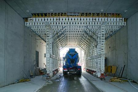 In order to allow reliable servicing of the whole tunnel construction site, the NOEtec formwork carriage had to be designed to provide a passageway with sufficient headroom for HGVs to drive through