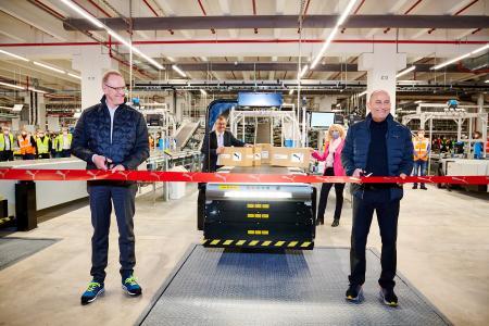 Bild: V.l.n.r. Frank Dreeke, Vorsitzender des Vorstands BLG LOGISTICS GROUP AG & Co. KG und Michael Lämmermann, CFO PUMA SE, beim Go-live des Intralogistikzentrums von PUMA in Geiselwind. Copyright: PUMA SE.