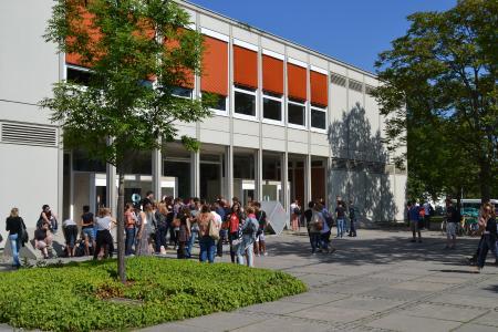 Stidieren im Grünen. Das Gebäude der Informatik auf dem Campus der Hochschule Reutlingen